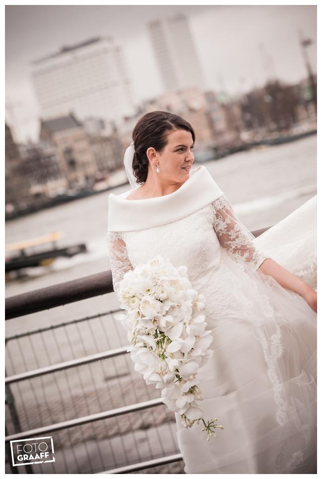 Bruidsfotografie in Dordrecht en feest In de skybar bij Hotel van der Valk Dordrecht_1052