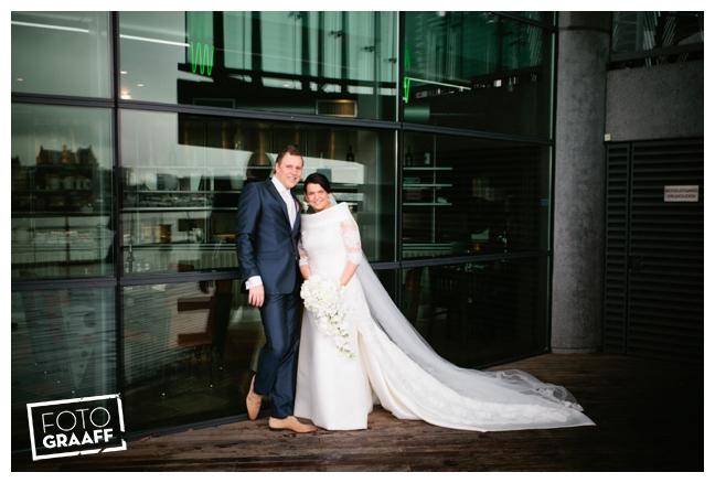 Bruidsfotografie in Dordrecht en feest In de skybar bij Hotel van der Valk Dordrecht_1064