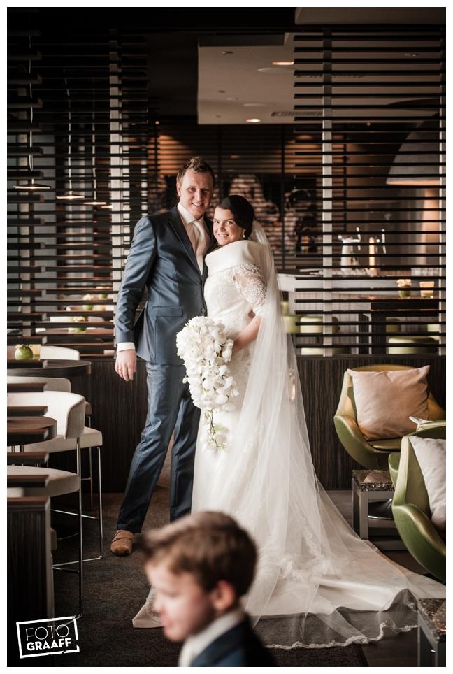 Bruidsfotografie in Dordrecht en feest In de skybar bij Hotel van der Valk Dordrecht_1080